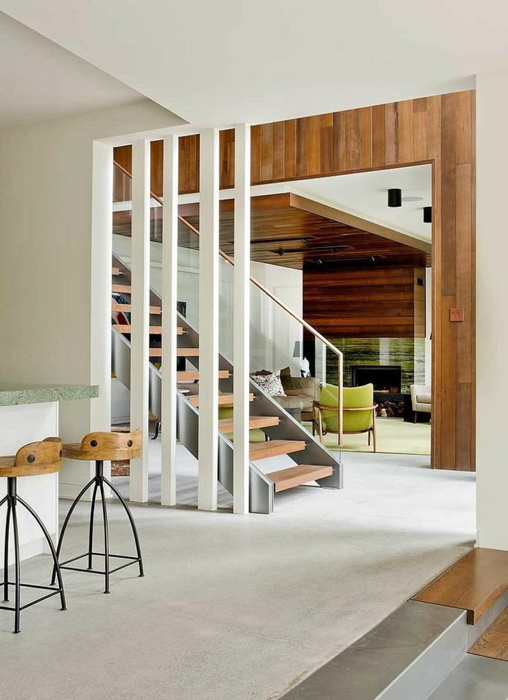 Escalier interne pour accéder à lunique étage. intérieur maison de vacances montagne