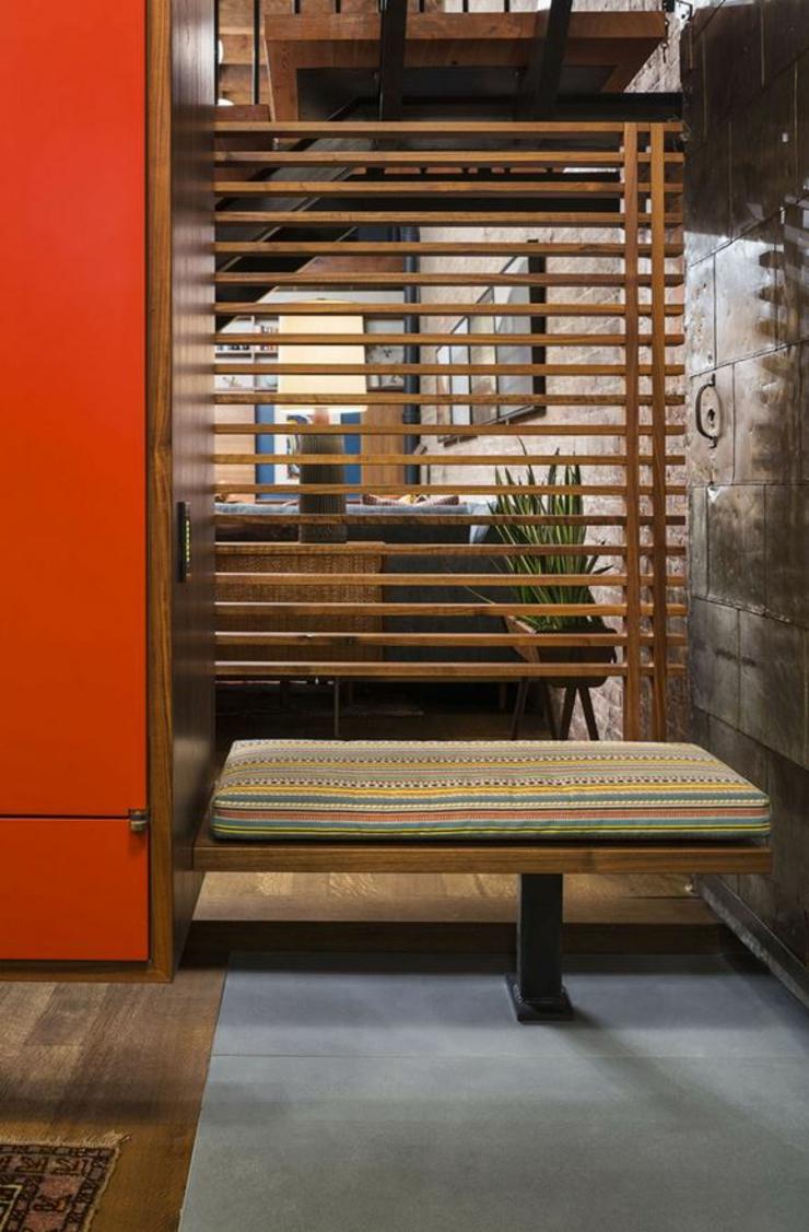 Claustra Bois Vintage : Le meuble de l?entr?e situ? sous l?escalier du loft industriel