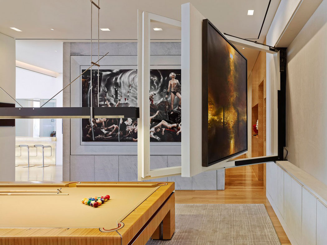 Par un seul geste simple le le tableau dart se transforme en écran plat tv
