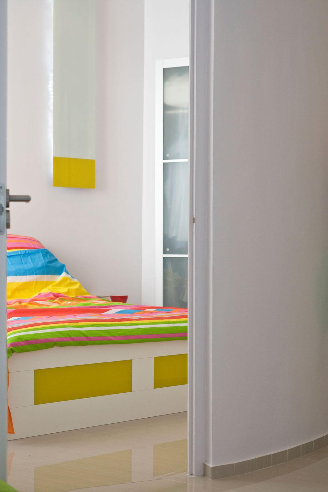 Un Design Intérieur Contemporain Et Accueillant En Couleurs Pétillantes  Vives. Chambre Communicante Salon Appartement