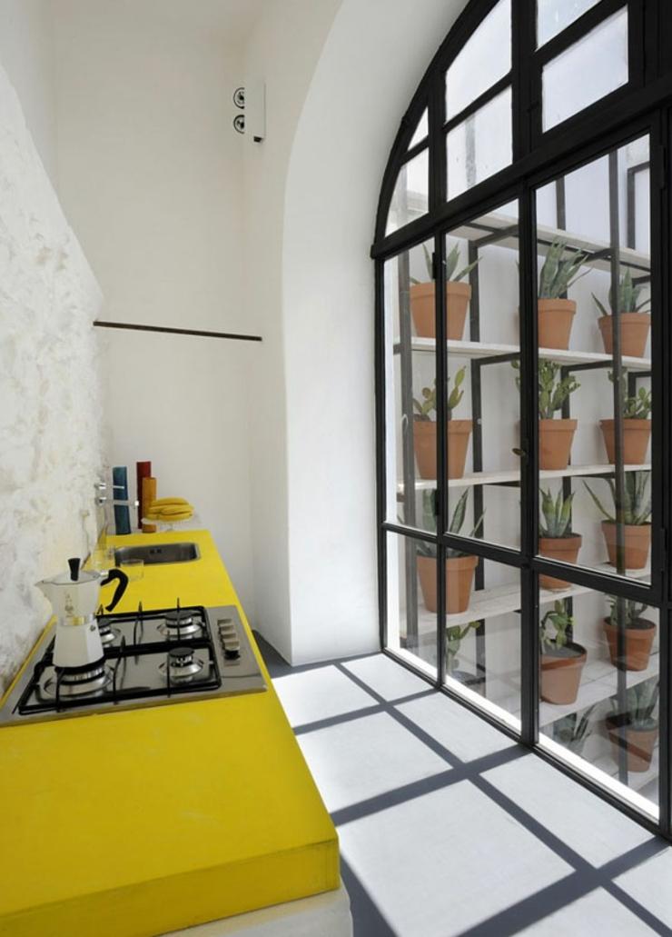 Appartement et sa cuisine jaune de vacances