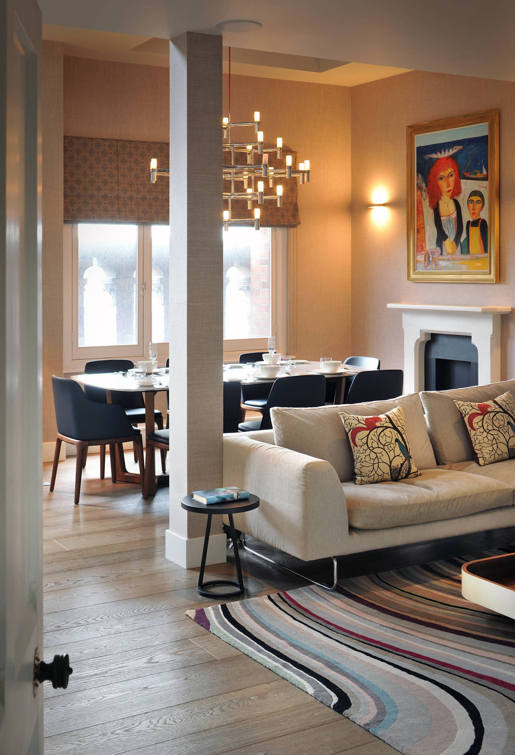 La salle à manger et une partie du séjour principale de ce logement ...
