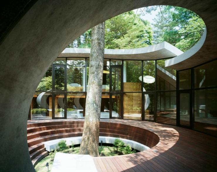 Maison moderne japonaise l architecture futuriste - Maison contemporaine construite autour dun arbre ...