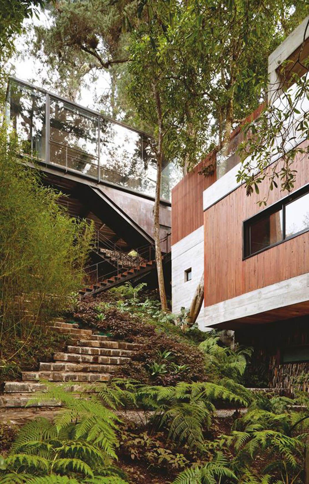 cr ative et minimaliste maison d architecte situ e sur les collines bois es pr s de guatemala. Black Bedroom Furniture Sets. Home Design Ideas