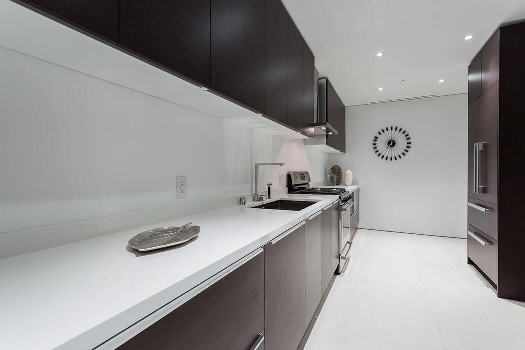 belle maison neuve fraichement construite sur les collines de beverly hills vivons maison. Black Bedroom Furniture Sets. Home Design Ideas