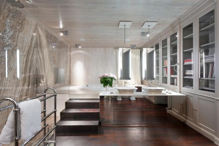 Spacieuse salle de bains de la maison de luxe