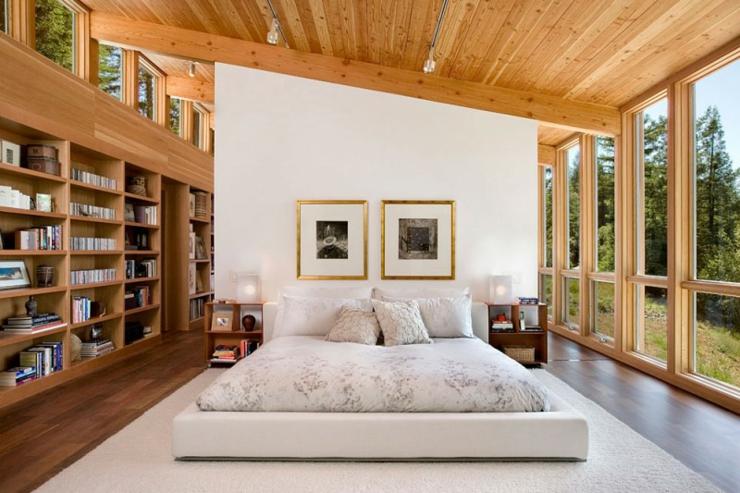 Chambre spacieuse au design en bois et verre