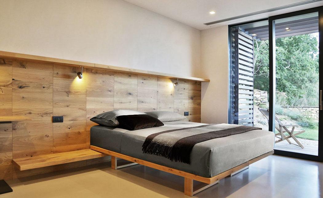 Luune Des Cinq Chambres Coucher Qui Composent La Seconde Aile De Cette  Villa Moderne Italienne Amnagement Mobilier Simple En Bois Massif With  Chambre A ...