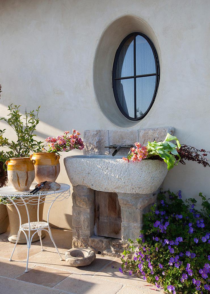 Villa de luxe de style m diterran en malibu vivons maison for Lavabo exterieur jardin