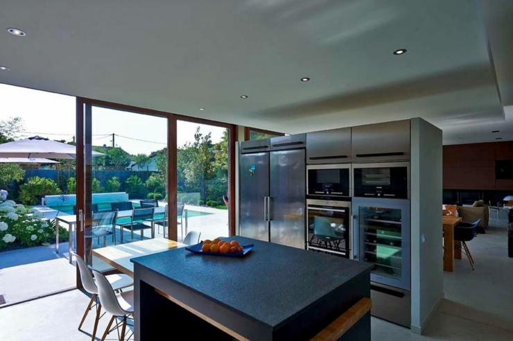 R novation et extension d une maison contemporaine for Cuisine ouverte baie vitree