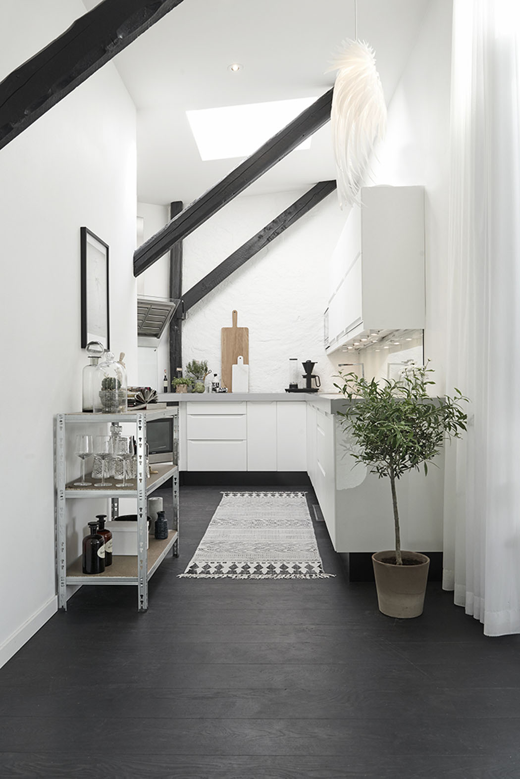 Bel appartement moderne sous le toit au design scandinave for Cuisine design appartement