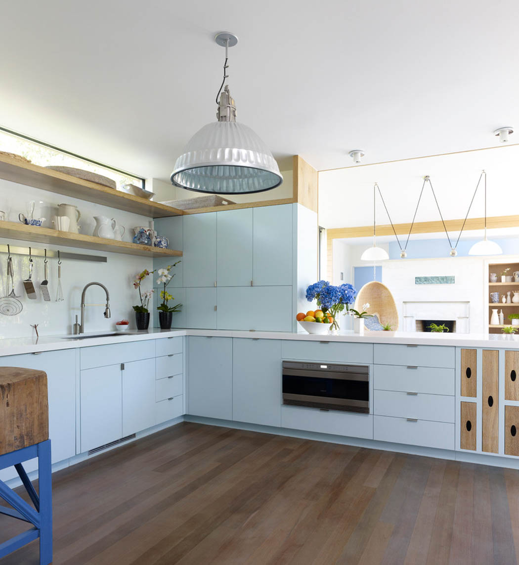 R sidence secondaire moderne au design convivial dans les for Cuisine amenagee bleue