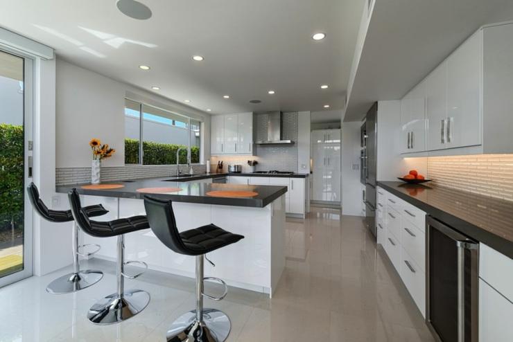Maison neuve palm springs en californie vivons maison for Plafond de cuisine gris