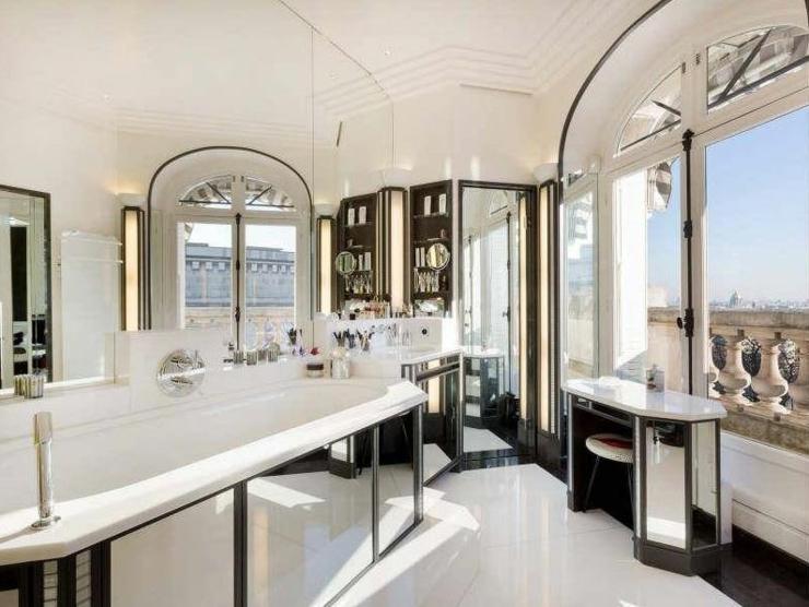Immobilier de luxe avec vue sur la tour eiffel vivons maison for Salle de bain orientale luxe