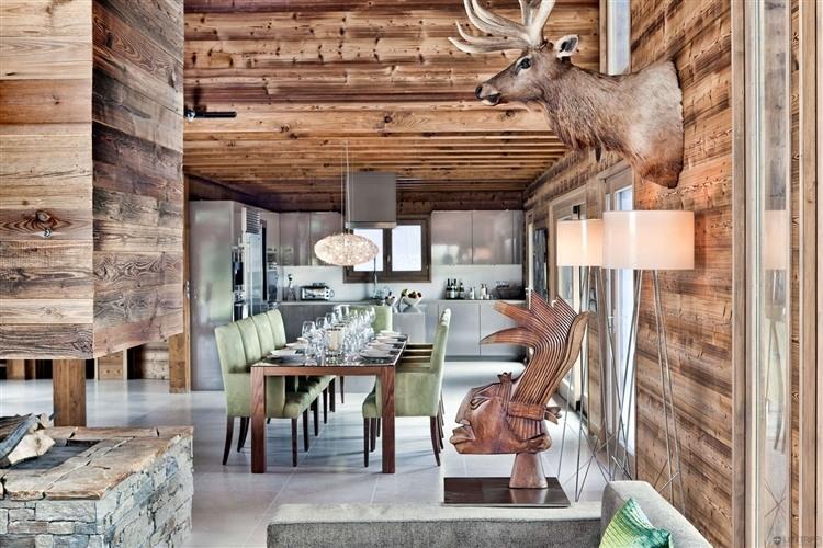 Chalet en bois luxueux pour les amoureux de la montagne for Decoration interieur chalet bois