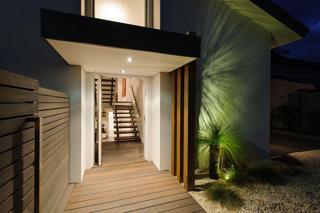Belle maison design moderne mi chemin entre la ville et for Maison bois design contemporain