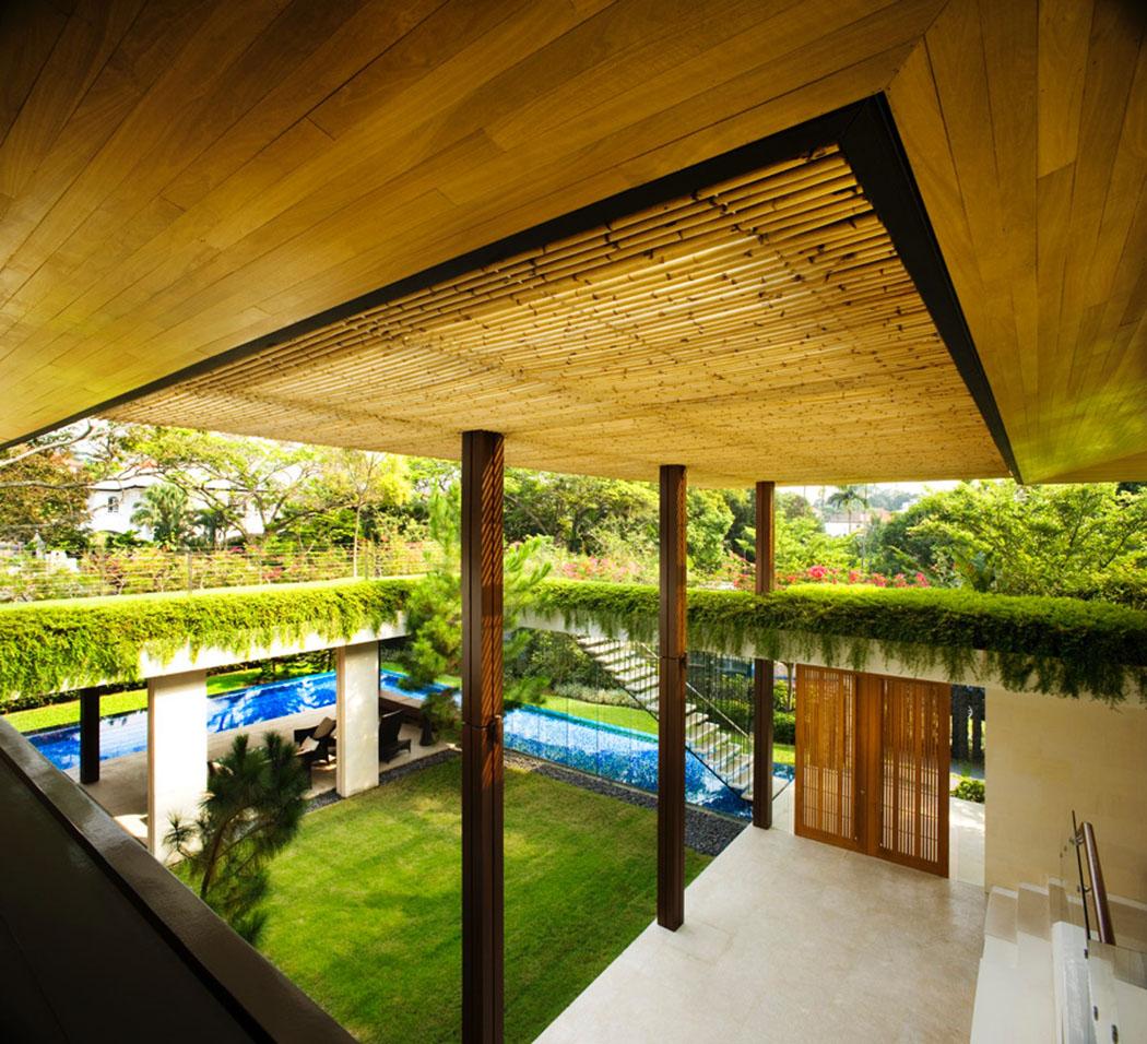 La Verdure Abondante Fait Partie De Ce Projet Et Rend Cette Demeure Très  Différente. Entrée Maison Familiale Exotique Singapour Guz Architects