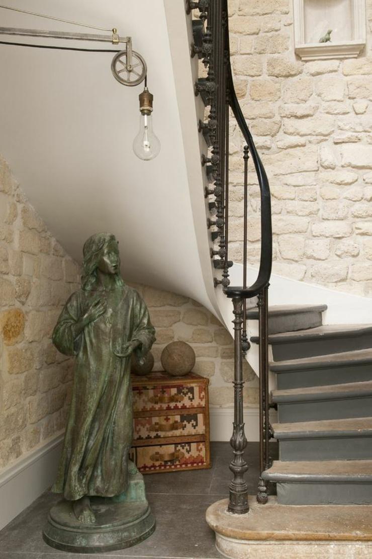 Bel escalier en pierre et fer forgé pour accéder à létage