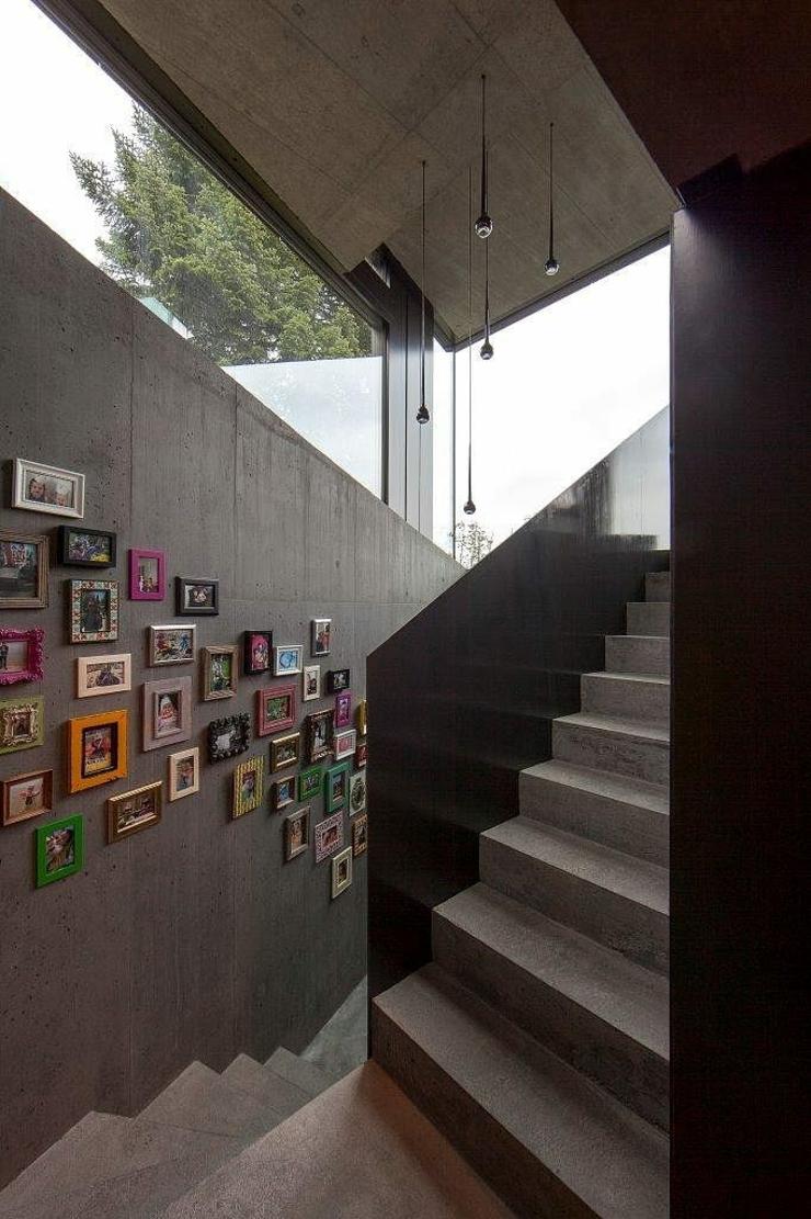 Escalier intérieur en béton pour accéder au second niveau