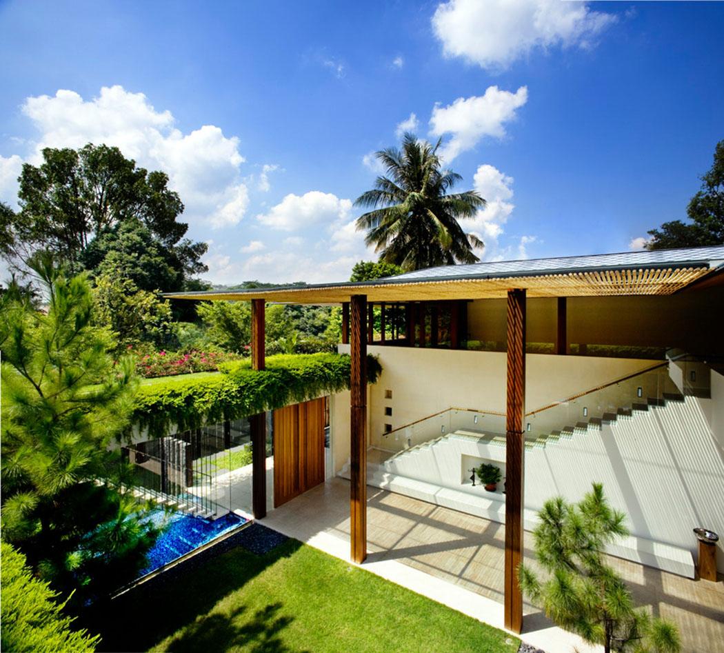 La Cour Centrale De La Maison Verte Qui Donne Sur La Terrasse, Les Espaces  Verts Et La Piscine. Belle Résidence Moderne Singapour