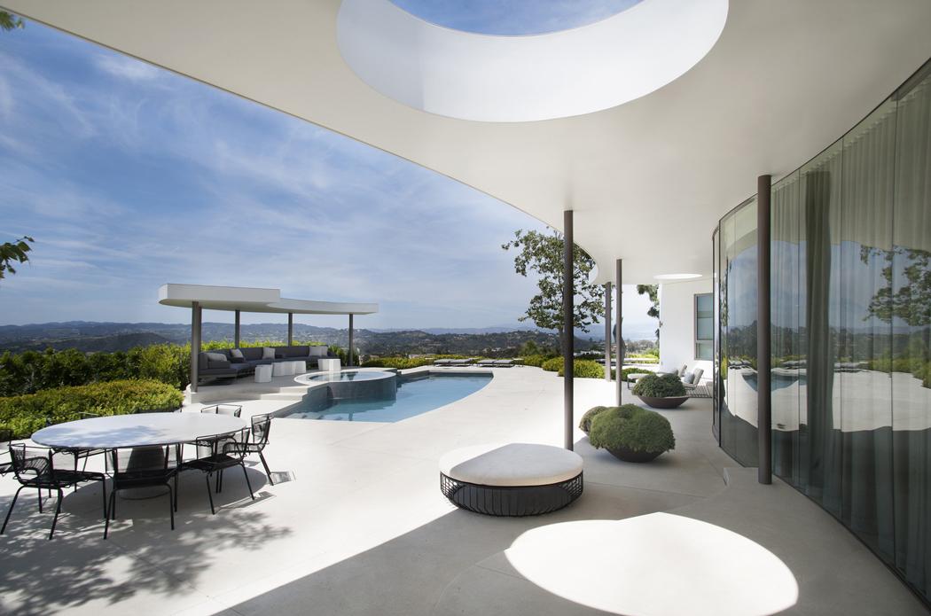 La terrasse de cette moderne maison darchitecte avec la piscine et la vue splendide