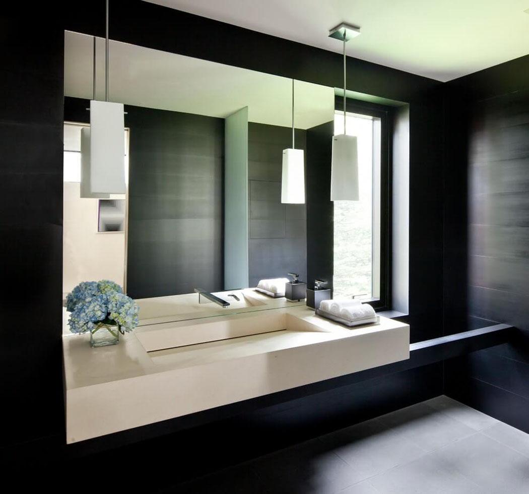 Toilettes aménagées de façon très minimaliste correspondant au style de cette maison familiale