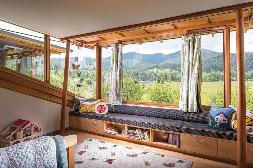 Moderne et accueillante maison en bois au c ur de la for Grandes fenetres