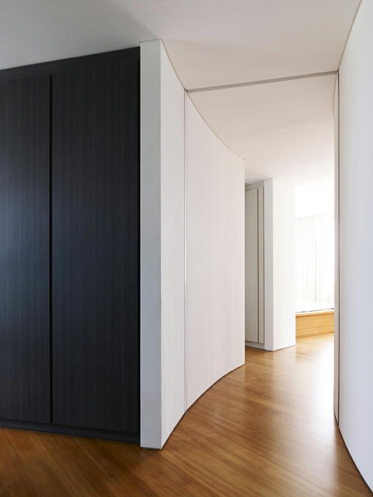 Unique maison contemporaine en noir et blanc singapour for Placard pour couloir