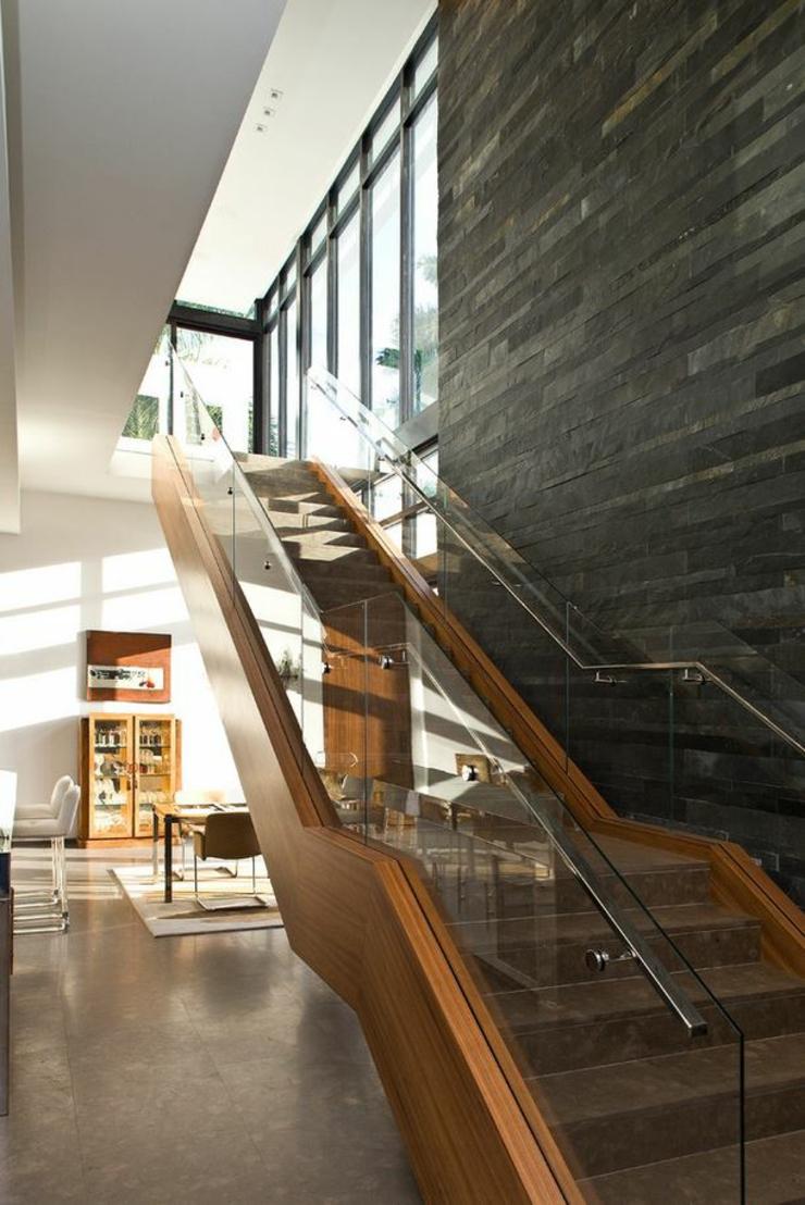Lescalier menant vers létage de cette maison contemporaine intérieur maison architecte