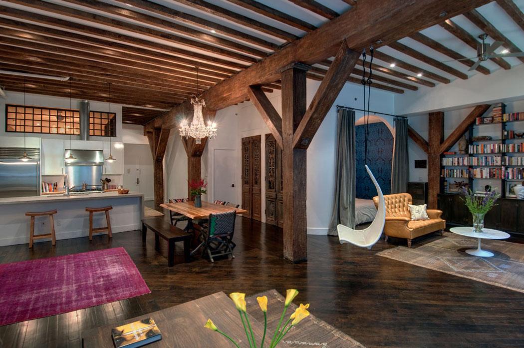 Pièce principale de ce loft industriel où le bois est l'élément ...