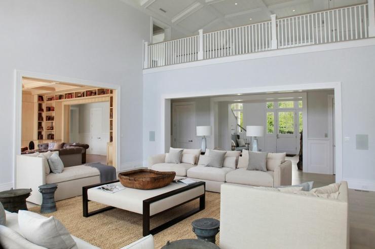Maison neuve à l\'intérieur baigné par la lumière dans les Hamptons ...