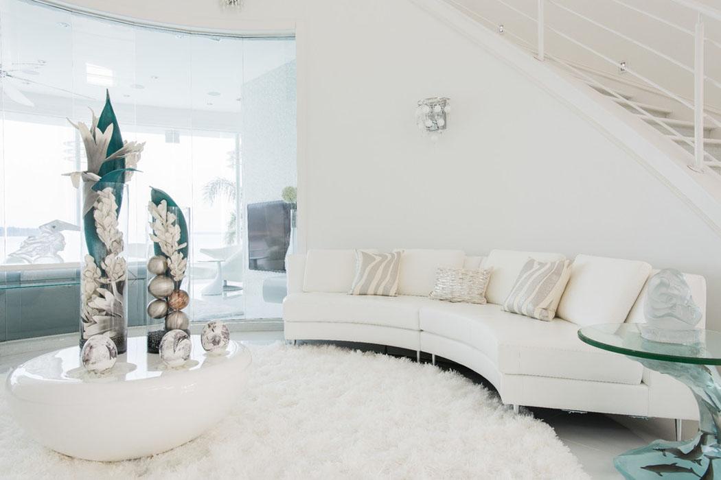 Un intérieur entièrement en blanc étincelant évoquant un certain sens de chic