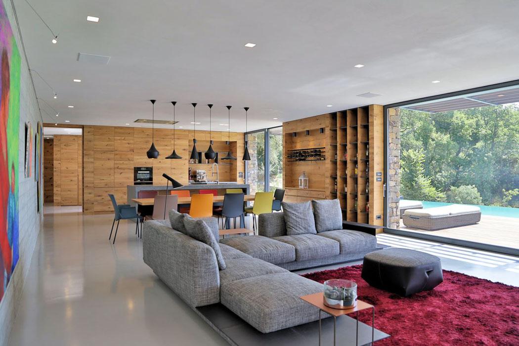 Le bois et les pierres font partie intégrante de la construction de cette résidence de luxe
