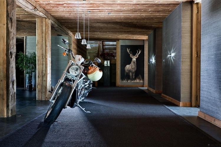 Chalet en bois luxueux pour les amoureux de la montagne for Decoration interieur chalet moderne