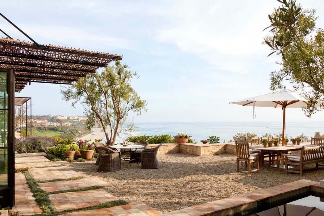 La terrasse de cette résidence de vacances dévoile une magnifique vue sur la plage et locéan terrasse patio avec