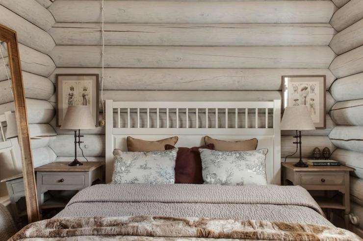 Petite Chambre à Coucher à La Décoration Simple Et Rustre
