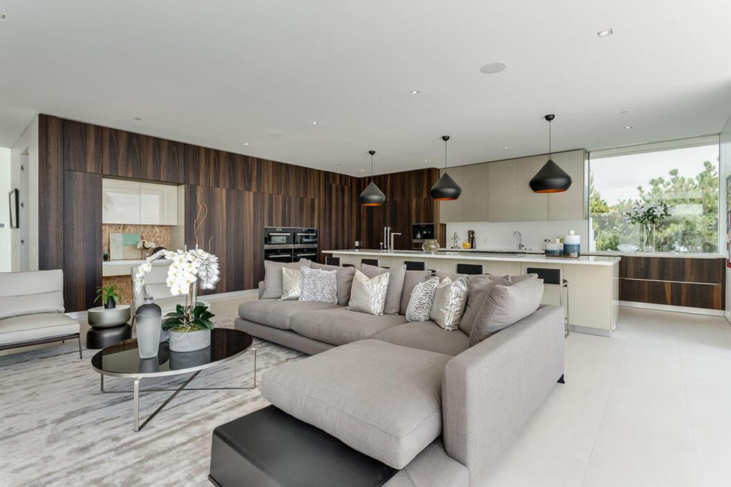 belle maison neuve fraichement construite sur les collines. Black Bedroom Furniture Sets. Home Design Ideas