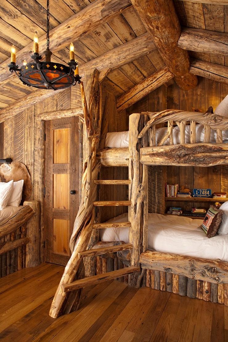 Lits superposés dans une chambre denfants en bois brut