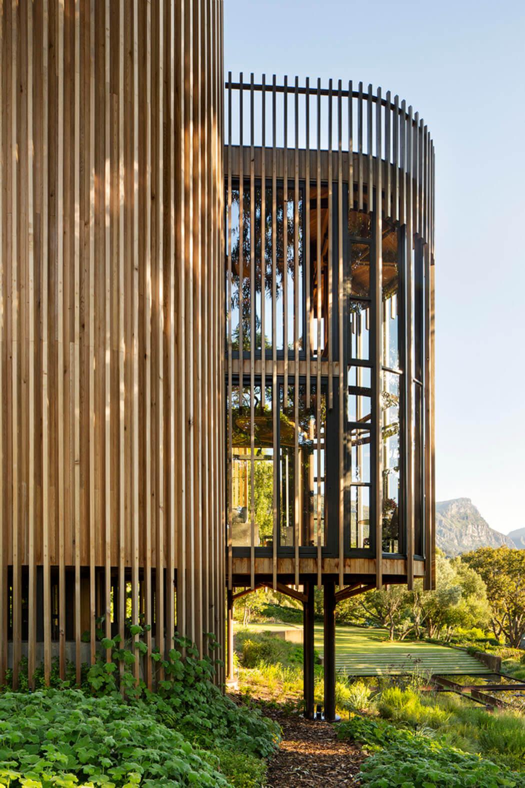Maison originale inspir e par la cabane dans les arbres for Facade maison originale