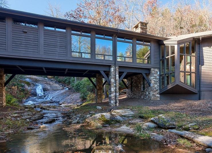 Image Architecture Maison Residence Luxueuse Moderne : Chalet en bois luxueux b ti au dessus d un cours eau