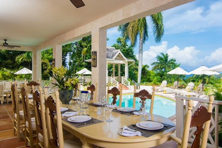 salle manger avec vue sur la piscine chauffe et la mer