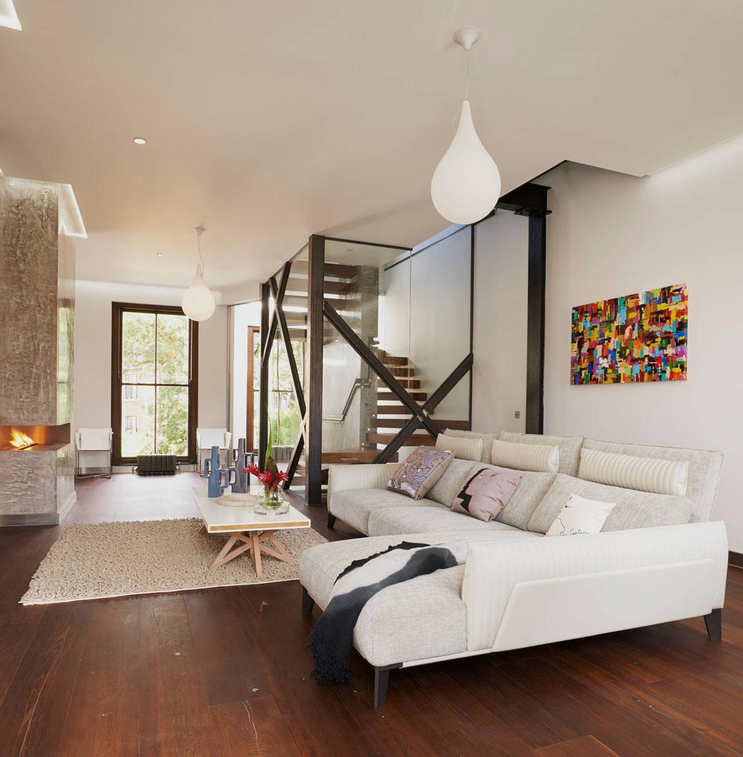 Salon principal situé au premier niveau avec double cheminée moderne ...
