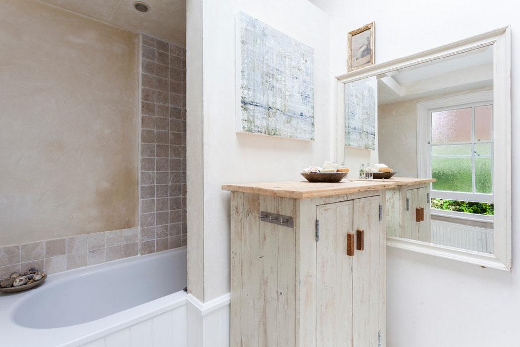 Ancienne maison de charme au design int rieur cr atif dans for Salle de bain ancienne photos