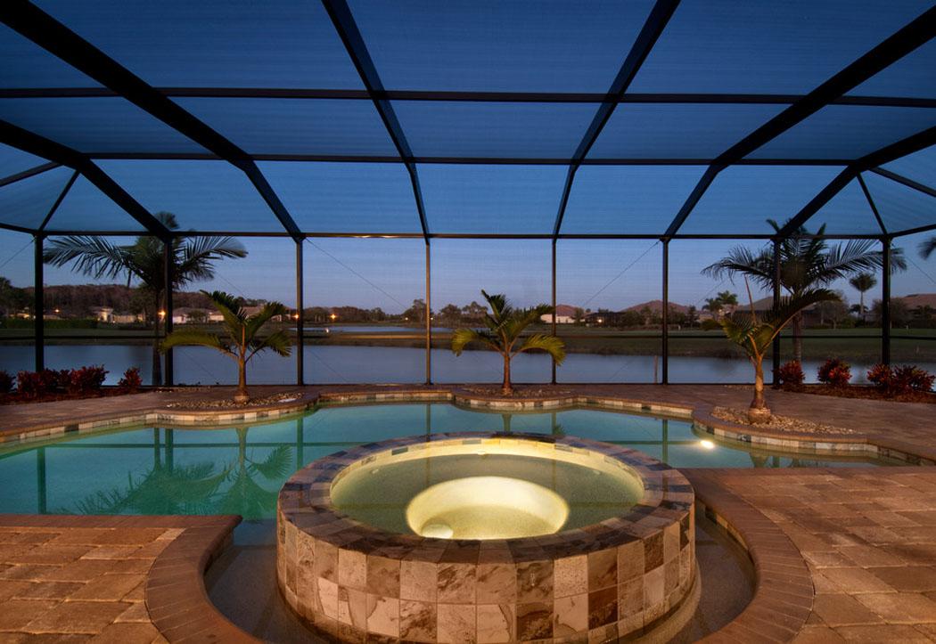 Chambre Luxe Avec Jacuzzi : La belle piscine et jacuzzi intérieurs de cette belle demeure donnant …