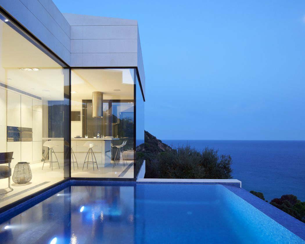 Belle maison de vacances avec vue panoramique sur la c te for Maison piscine a debordement