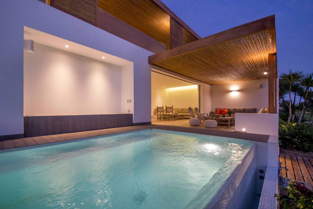 R novation compl te pour cette originale maison contemporaine au p rou vivo - La maison de la piscine ...