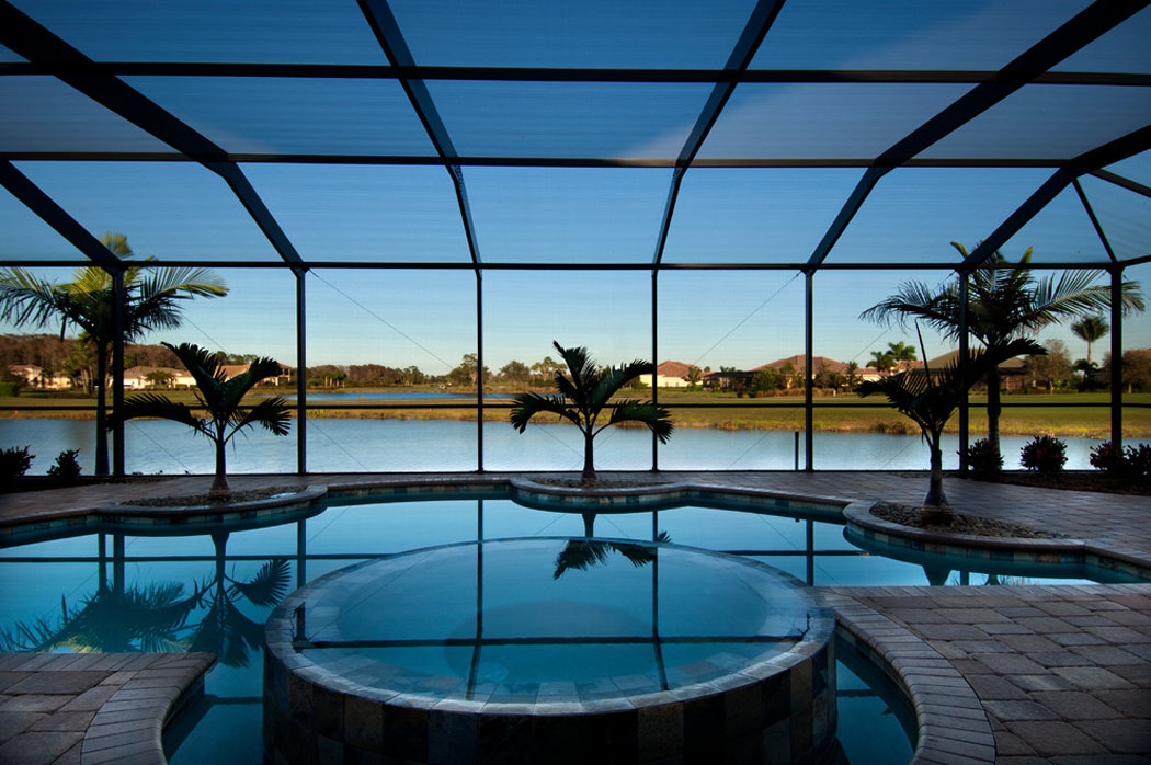 Piscine intérieure avec jacuzzi directement intégrée dans la maison piscine intérieure luxe prestige villa
