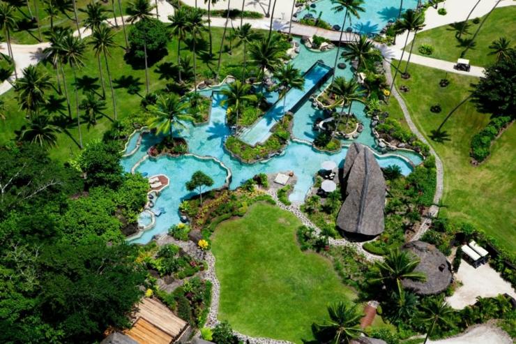 Charmant Complexe Hôtelier Laucala Resort. Les Parties Extérieures à La Végétation  Exotique Qui Font Rêver