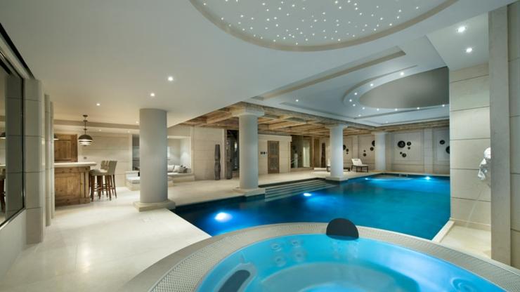 Belle piscine intérieure chauffée