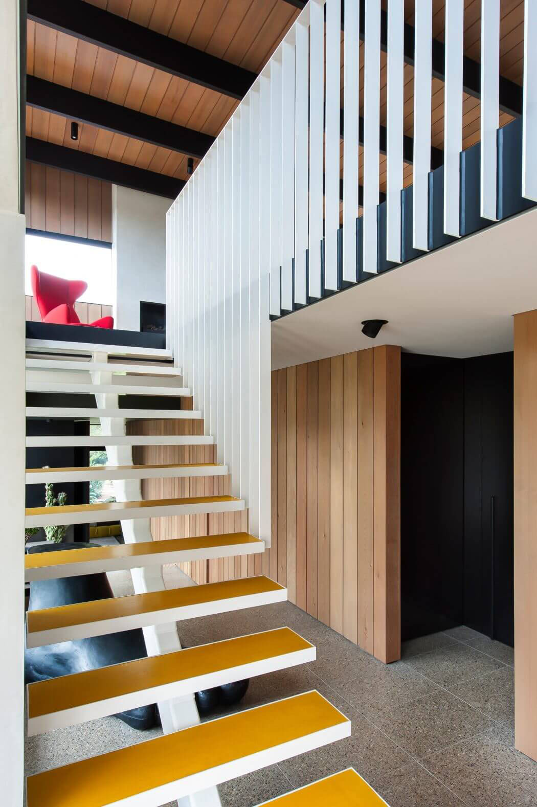 Lescalier intérieur qui mène à létage mais aussi à la terrasse située sur le toit de la demeure